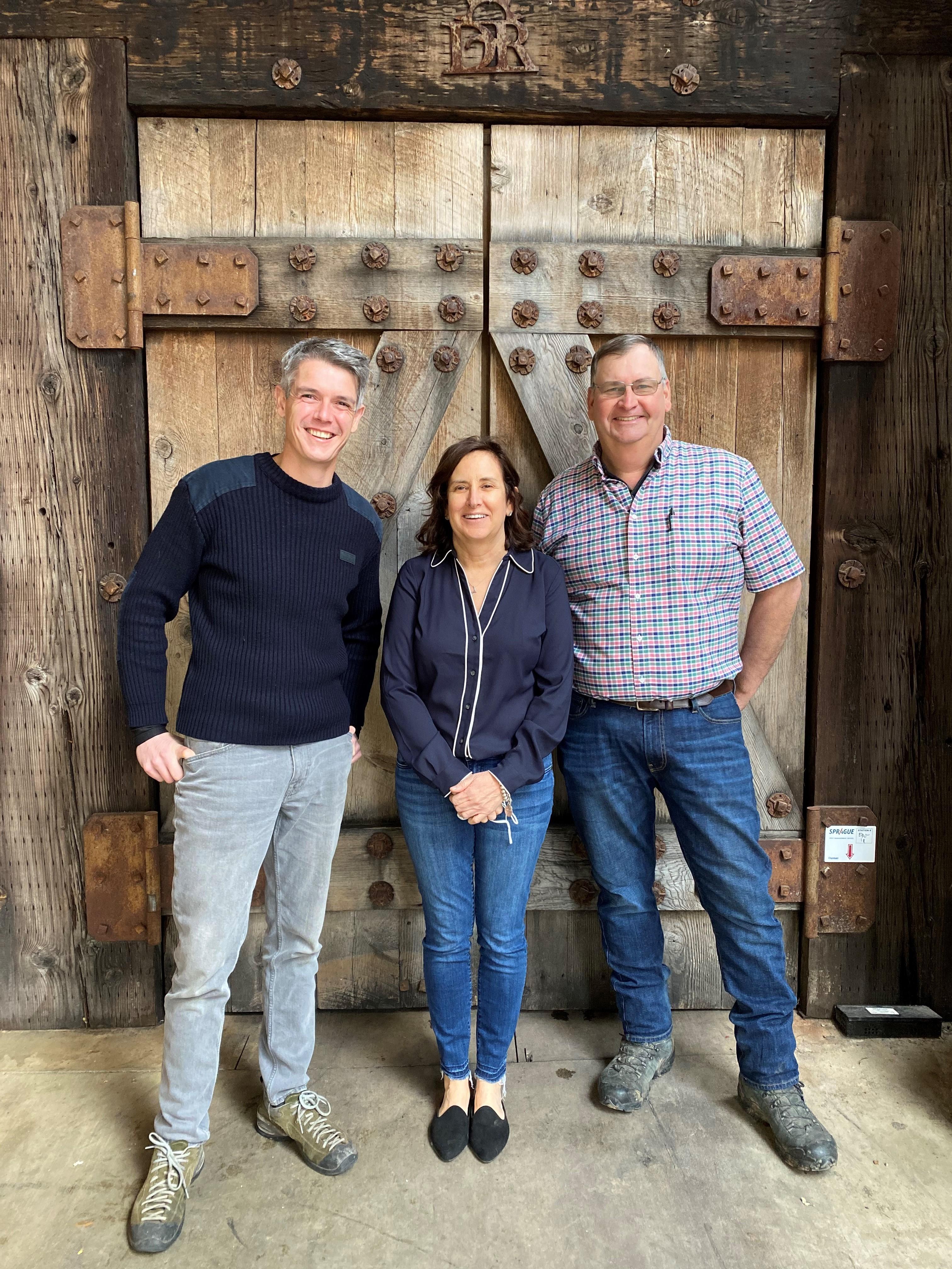 左 JEAN-MICHEL JUSSIAUME (Winemaker) 中 JOLEE WALLACE (Owner) 右 ROB WALLACE (Owner)